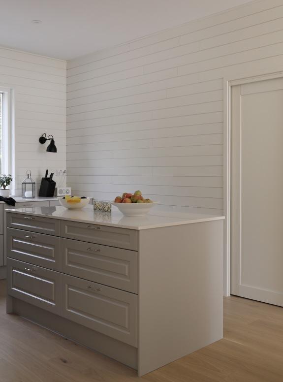 Siparilan valkoiset paneelit keittiössä